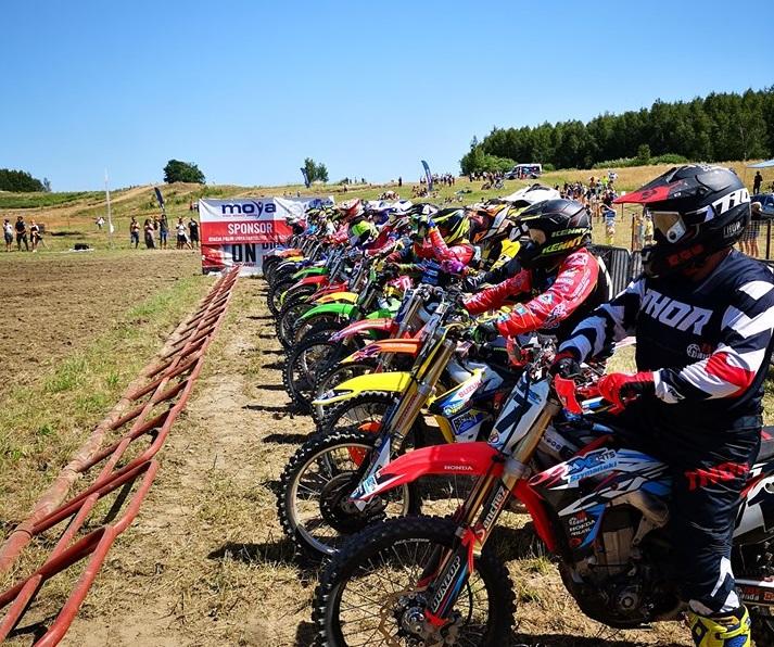 Ilustracja do informacji: Zmagania motocrossowe na torze w Falczewie